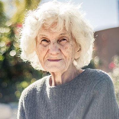 anziano fragile con alzheimer